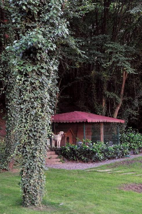 EB HOUSE SAKLIKORU:  Garden  by Esra Kazmirci Mimarlik