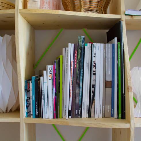SAIL bookshelf: Soggiorno in stile  di ACT Studio