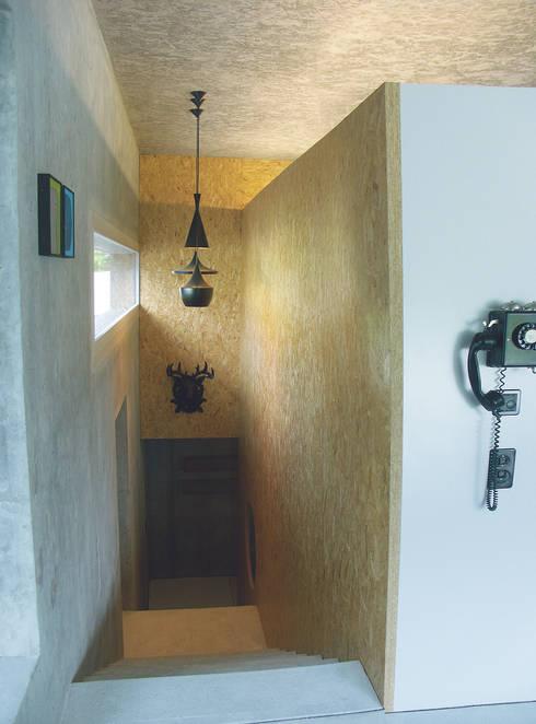 Treppenabgang Wohn- zu Schlafgeschoss:  Flur & Diele von Himmelhoch GmbH