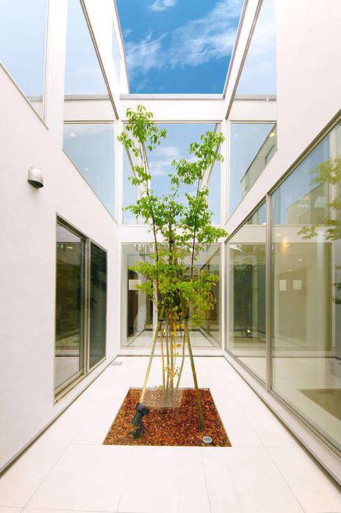 光がさし込む中庭: TERAJIMA ARCHITECTSが手掛けたテラス・ベランダです。