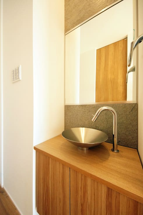 和モダンの手洗い: TERAJIMA ARCHITECTSが手掛けた浴室です。