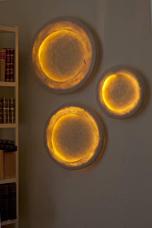 Orbis Wall Lamp in felt: Casa in stile  di Judith Byberg