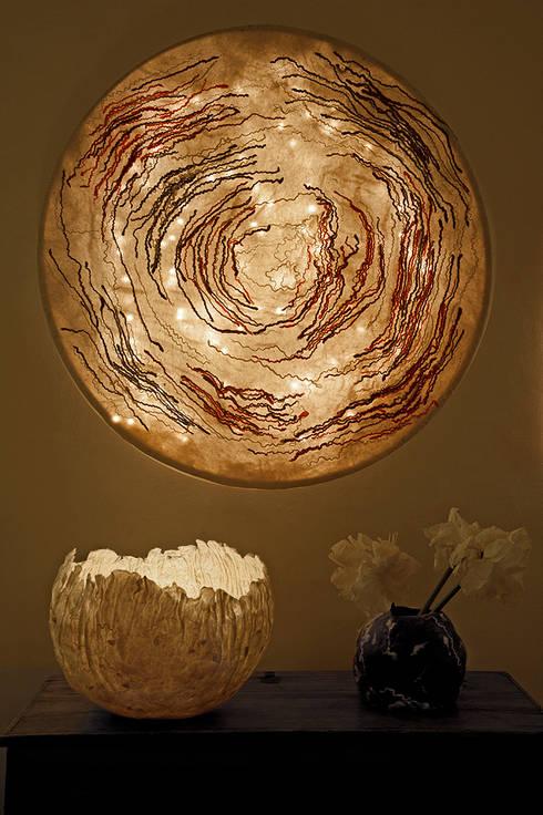 Spira Ceiling Lamp in nunofelt: Casa in stile  di Judith Byberg