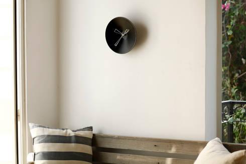 P Clock: minimalistic Living room by Studio Ve