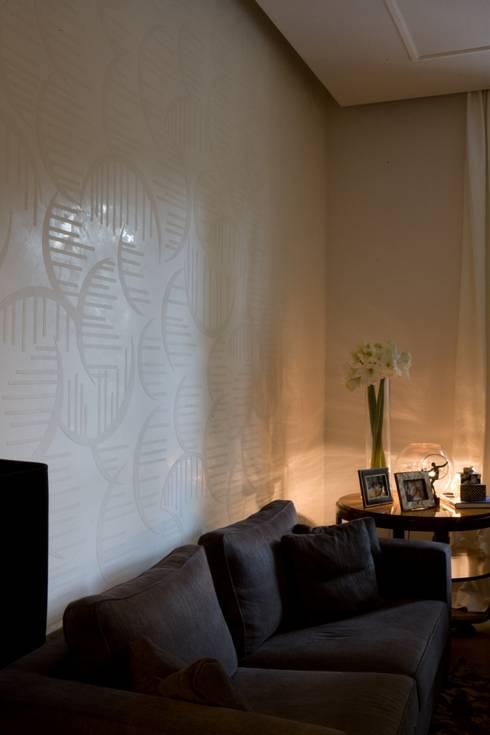 particolare della parete del soggiorno: Pareti & Pavimenti in stile  di archbcstudio