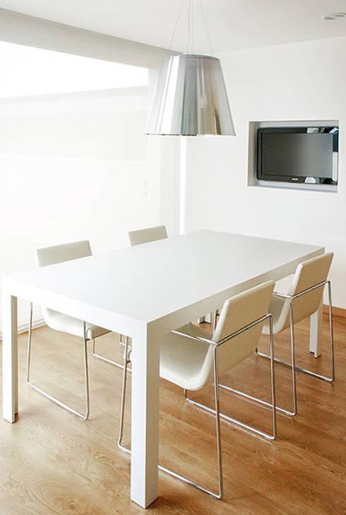Mesa de comedor en la cocina office. La Pobla. Chiralt Arquitectos. : Cocina de estilo  de Chiralt Arquitectos