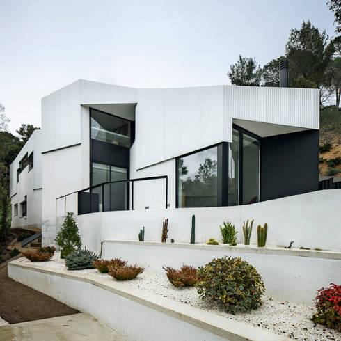 Casa en L'Ametlla del Vallès: Casas de estilo mediterráneo de MIRAG Arquitectura i Gestió