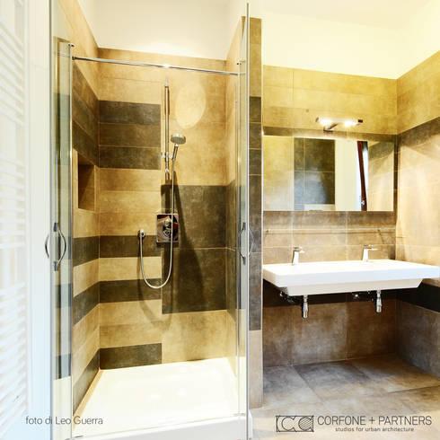 CASA I7: Bagno in stile in stile Moderno di CORFONE + PARTNERS studios for urban architecture