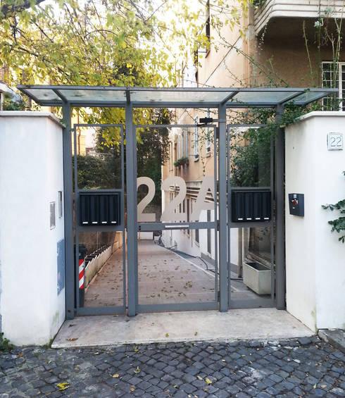 Dettaglio del portone d'ingresso: Case in stile in stile Moderno di MOMARCH