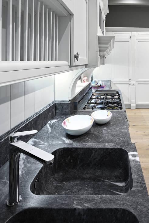 Modello Dallas: Cucina in stile in stile Classico di ARREX LE CUCINE