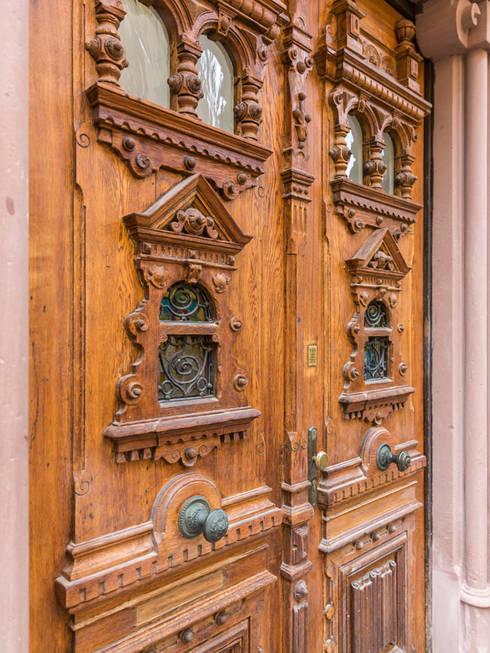 Das Eingengsportal: klassische Fenster & Tür von Wohnwert Innenarchitektur