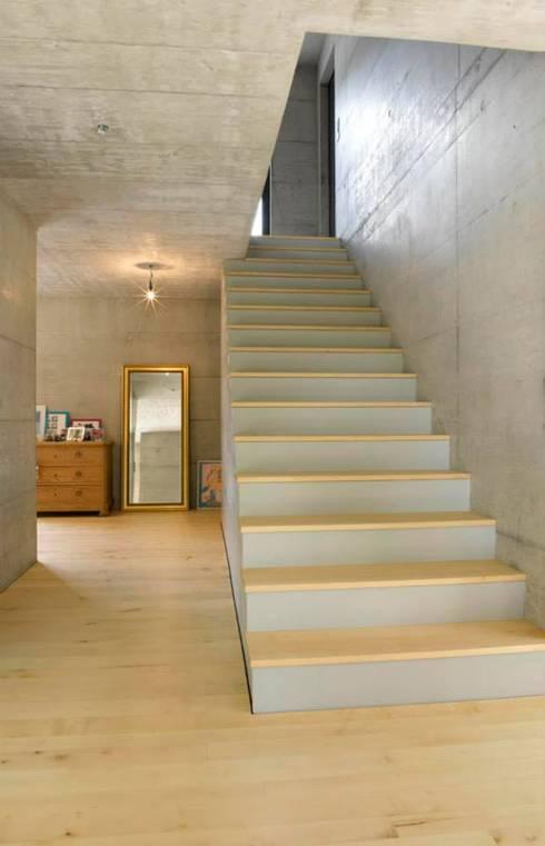 Pasillos y recibidores de estilo  por Marty Häuser AG