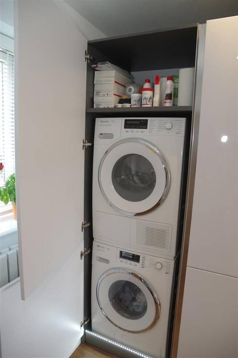 Handle less Polar white Glamour:  Kitchen by PTC Kitchens