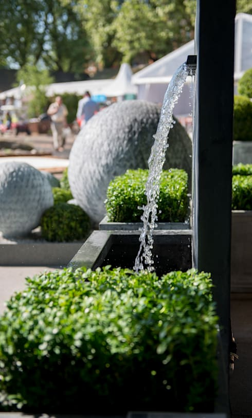 Veneto Fountain:  Garden  by A Place In The Garden Ltd.