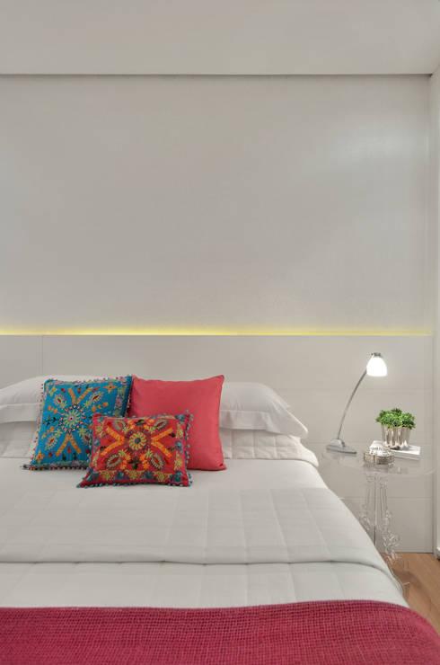 Dormitório jovem  S R: Quartos  por Redecker + Sperb arquitetura e decoração