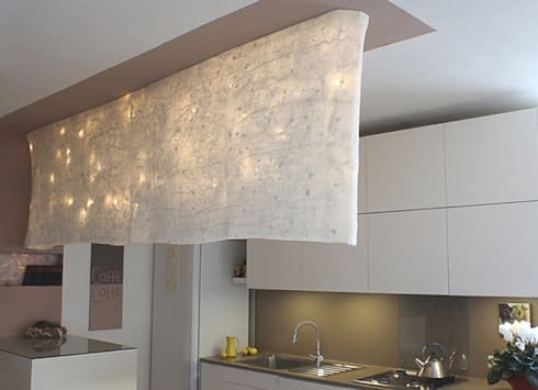 Wall partition lamp made of silk chiffon: Casa in stile  di Judith Byberg