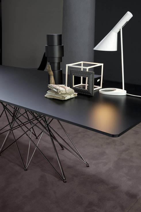 OCTA extending table: Sala da pranzo in stile in stile Moderno di BARTOLI DESIGN