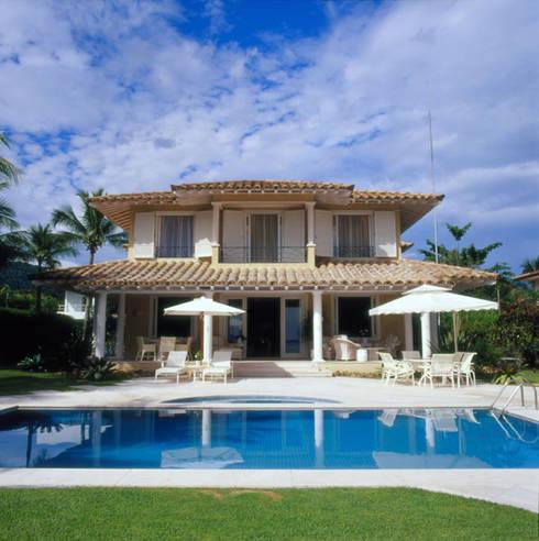 Casa Iporanga: Casas tropicais por Studio Oscar Mikail
