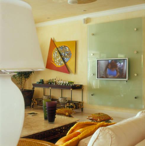 Casa Iporanga: Salas de estar tropicais por Studio Oscar Mikail