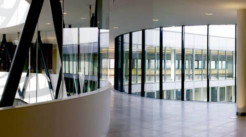 Erschließungs- und Kommunikationsbereich: moderner Fitnessraum von SEHW Architektur GmbH