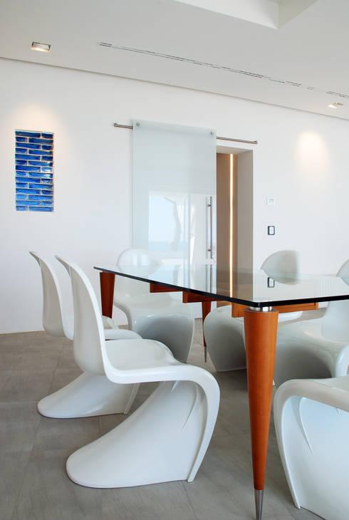 Villa TiMe - pranzo: Soggiorno in stile in stile Mediterraneo di DEFPOINT STUDIO   architettura  &  interni