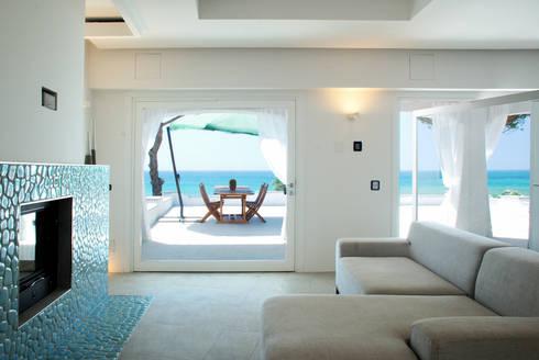 Villa TiMe - vista dal soggiorno: Soggiorno in stile in stile Mediterraneo di DEFPOINT STUDIO   architettura  &  interni