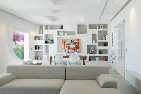 Villa TiMe - soggiorno - pranzo: Soggiorno in stile in stile Mediterraneo di DEFPOINT STUDIO   architettura  &  interni
