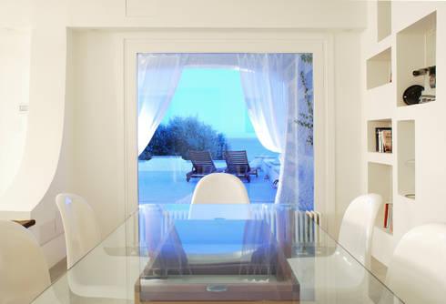 Villa TiMe - notturno: Soggiorno in stile in stile Mediterraneo di DEFPOINT STUDIO   architettura  &  interni