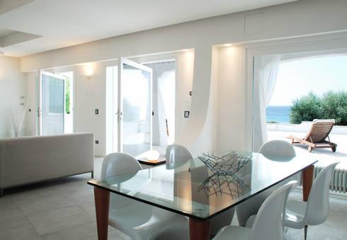 Villa TiMe - zona pranzo: Soggiorno in stile in stile Mediterraneo di DEFPOINT STUDIO   architettura  &  interni