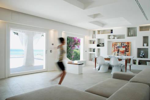 Villa TiMe - Soggiorno-pranzo: Soggiorno in stile in stile Mediterraneo di DEFPOINT STUDIO   architettura  &  interni