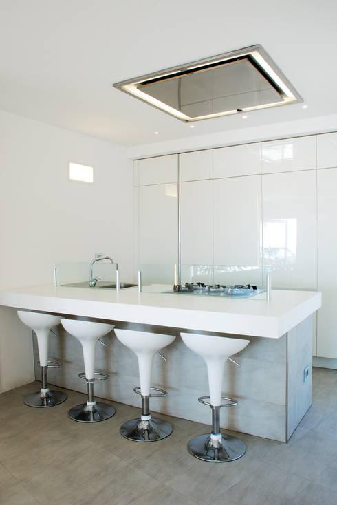 Villa TiMe - Snack e cucina: Soggiorno in stile in stile Mediterraneo di DEFPOINT STUDIO   architettura  &  interni