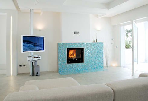 Villa TiMe - soggiorno con camino: Soggiorno in stile in stile Mediterraneo di DEFPOINT STUDIO   architettura  &  interni