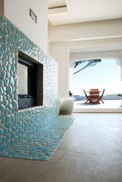 Villa TiMe - camino e vista: Soggiorno in stile in stile Mediterraneo di DEFPOINT STUDIO   architettura  &  interni