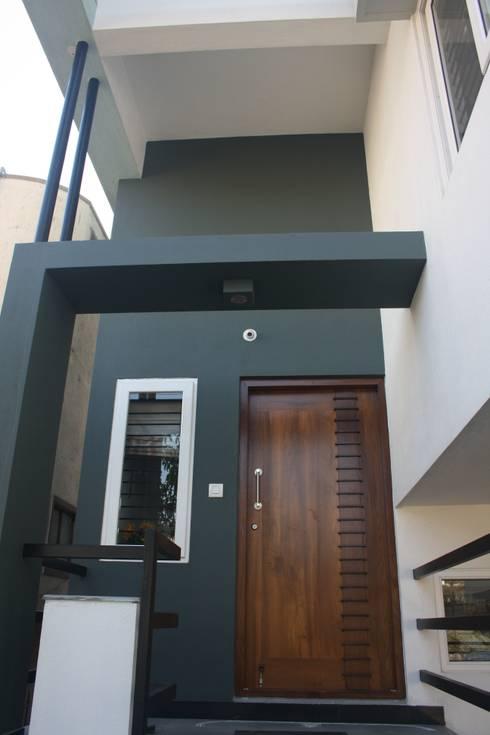 Sudharma Residence: modern Houses by Ashwin Architects