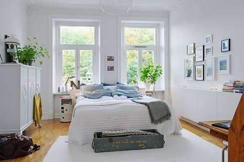 Alvhem Mäkleri & Interiör - bedroom: scandinavian Living room by Magdalena Kosidlo