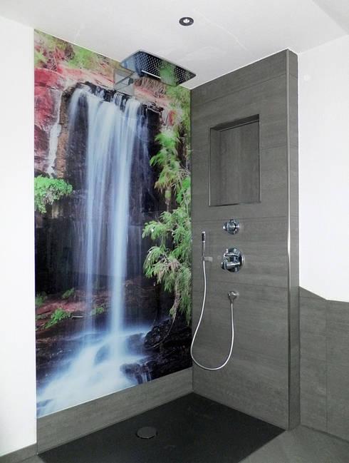 Bodengleiche offene Dusche mit Wasserfallmotiv:  Badezimmer von Schön und Wieder