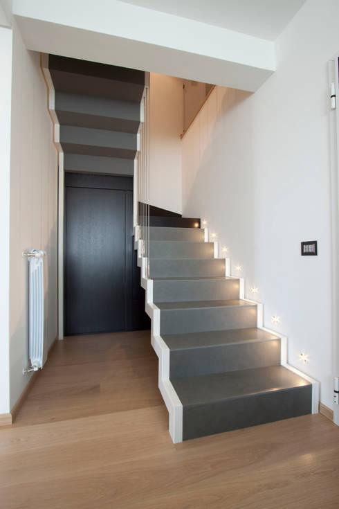 Corredores e halls de entrada  por Laboratorio di Progettazione Claudio Criscione Design