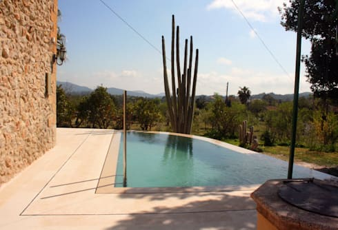 Piscina en Capdella, Mallorca: Piscinas de estilo mediterráneo de Joan Miquel Segui Arquitecte