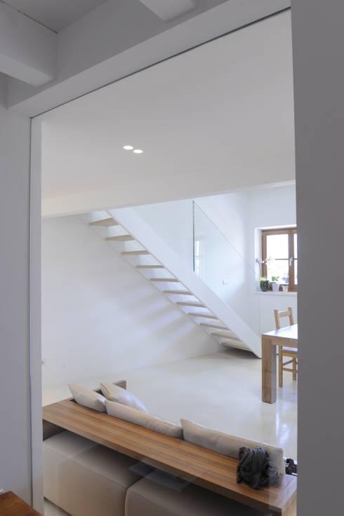 ARREDO PRIVATO: Soggiorno in stile in stile Moderno di CORAZZOLLA SRL - Arredamenti su Misura
