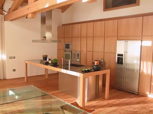 ARREDO PRIVATO : Ingresso & Corridoio in stile  di CORAZZOLLA SRL - Arredamenti su Misura