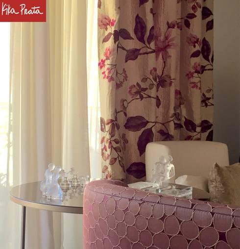 Apartamento clássico em São Paulo: Sala de estar  por Kika Prata Arquitetura e Interiores.