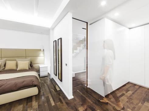 CAMERA MATRIMONIALE: Camera da letto in stile in stile Moderno di Andrea Stortoni Architetto