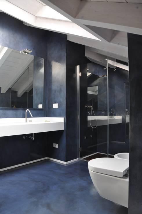Ristrutturazione ed interior design sottotetto: Bagno in stile  di F_Studio+ dell'Arch. Davide Friso