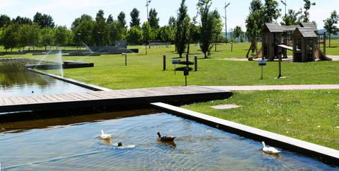 Parque da Barquinha: Jardins modernos por OpenGreen