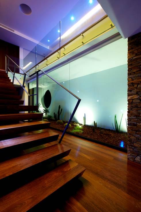 Pasillos y recibidores de estilo  por Risco Singular - Arquitectura Lda
