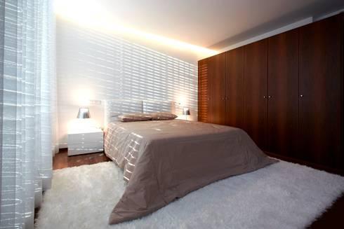 Suite Augusta House: Quartos minimalistas por Risco Singular - Arquitectura Lda