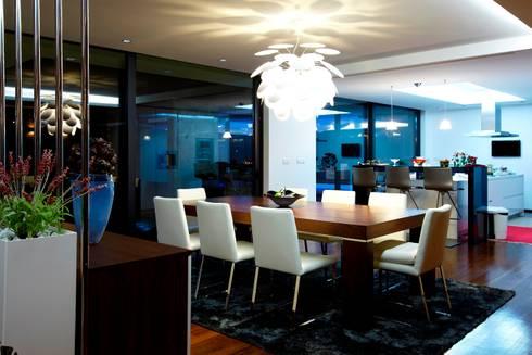 Sala Jantar Augusta House: Salas de jantar minimalistas por Risco Singular - Arquitectura Lda