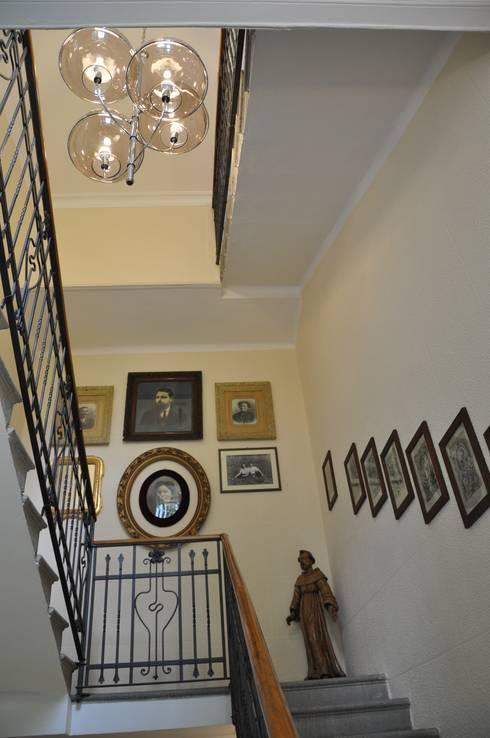 Ristrutturazione villa inizio '900: Ingresso & Corridoio in stile  di F_Studio+ dell'Arch. Davide Friso