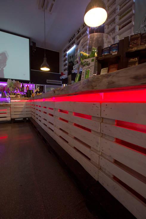 Dettaglio del bancone: Gastronomia in stile  di BRENSO Architecture & Design