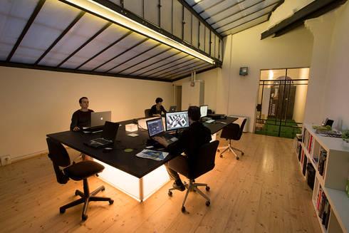 Le postazioni di lavoro: Complessi per uffici in stile  di BRENSO Architecture & Design